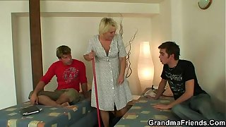 Two guys lure old blonde bitch into thresome