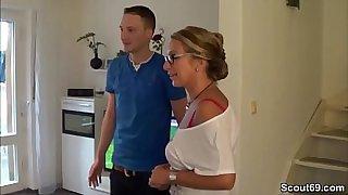 Mutter fickt den jungen Pizzaboy und ihr Mann guckt zu