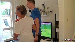 Mega Titten MILF treibt es mit dem 18 Jahre jungen Pizzaboten und ihr Typ guckt zu - German Cuckold
